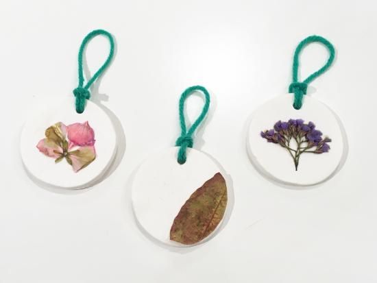 homemade-christmas-ornaments-kids-Kiwi-Crate-pressed-flower